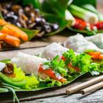 Frische Sommerrollen, Reispapier umwickelt mit frischen Gemüse & Kräutern