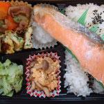 鮭弁当 エネルギー;568㌔㌍  タンパク質;16.5㌘  塩分;2.1㌘