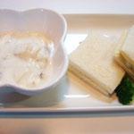 フルーツヨーグルト・サンドイッチ  エネルギー;221㌔㌍ タンパク質;6.5㌘  塩分;0.6㌘