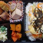ちらし寿司とコロッケのお弁当 エネルギー;518㌔㌍  タンパク質;18.8㌘  塩分;1.7㌘