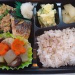 焼き鯖と大根煮弁当 エネルギー;430㌔㌍ タンパク質;18.2㌘  塩分;1.8㌘