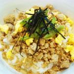 そぼろ丼 エネルギ―280キロ㌍ タンパク質;10.9㌘ 塩分;0.9㌘