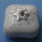 銀で持ち手や模様をつけた 白磁の蓋物