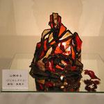 フュージングした赤系のベネチィアンガラスをプレモ粘土で繋いで紅葉した秋の山を表現した電気スタンド