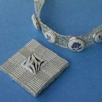 ブルーの手描きバラをつけた 純銀ワイヤーの 透かし編みブレスレット/シリンジを積み重ねたメッシュに金彩を施した白磁を はめ込んだブローチ