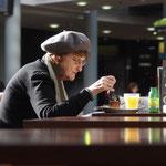 Dame im Kaffeehaus