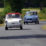 L'Autobianchi Bianchina des filles, Florence et Julie Marchand, précède la Citroën Ami 8 de Gaël Robic.
