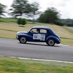 La Renault 4 alignée par Michelin et emmenée fièrement par l'équipage Papa.