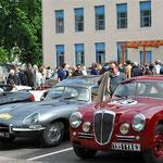 Le parc fermé à Aubusson. Au premier plan, une Lancia Aurelia B20 GT et une Jaguar Type E.