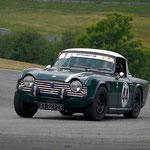 La Triumph TR 250 de l'équipage Renaud-Quadrini, le couteau entre les dents, boucle un tour du circuit de Mornay.