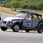 Notre partenaire France Bleu Creuse alignait une splendide 2CV Charleston. À son volant, Lionel Lepage ne s'est pas économisé sur les routes du Creusekistan.