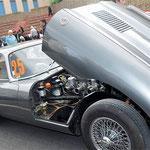 Le six cylindres de la Jaguar Type E respire l'air pur de la province du Creusekistan.