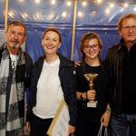 Florence et Julie Marchand ont remporté le prix féminin sur Autobianchi Bianchina. Elles posent fièrement avec leur trophée aux côtés des deux parrains de l'édition, Richard Gotainer et Jean-Pierre Jabouille.