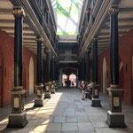 Der überdachte Durchgang des imposanten  Rathauses