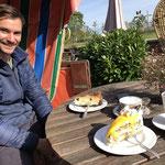 """Hier sitzen wir im Cafe """"Meerkieker"""" und genießen die berühmten Kuchen der Wirtin - Köstlich!"""