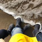 Wandern am Strand entlang