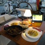 Gemütlicher Abend mit leckerem Essen aus der Bordküche