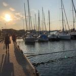 Hafenpromenade am Abend - Kommen vom Einkaufen