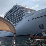 Nächster Tag - Laufen aus, an riesigen Kreuzfahrtschiffen vorbei
