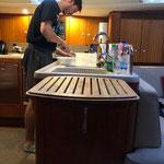 Bas beim Abendessen zubereiten