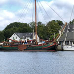 """Ein """"Plattbodenschiff"""" aus Holland zu Besuch in Klosters. Der hatte mal eine lange Anreise"""