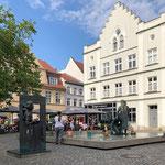 Bronzeskulptur vom Bildhauer Jo Jastram. Da gibt's einige in Stralsund. Sehenswert