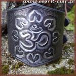 """Bracelet en cuir emblème """"Aum""""."""