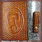 Réalisation de Francis d'un portefeuille en cuir