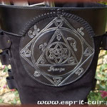 Jupe en cuir avec symbole.