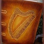 """Grimoire en cuir """"harpe""""."""