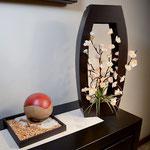 Lampara Flor de Durazno Blanca con Base de Barril en Madera Chocolate $ 650.00