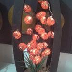 Lampara Esferas Acero Naranja Base Barril Chocolate con Follaje y Piedras $ 650.00