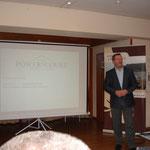 Alex Peirce präsentiert die Destillerie