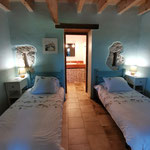 Chambre avec lits séparés du gîte Le Pressoir / Au mas de Janita ©