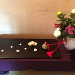 """平安時代に宮中で""""菊の被綿""""という行事が盛んに行われました。 前日菊の花に綿を被せておき、9月9日の早朝、花の香りと夜露のしみ込んだ綿を顔に当てて若さを保とうとしたものです。菊の露がしたたり落ちた谷川の水を飲み長寿を保ったという中国の故事にあやかったもの。"""