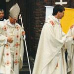 1991 besuchte unsere 2. Schulkommunion Weihbischof Franz Grave aus Essen. Mit im Bild: Unser langjähriger Pfarrer Eduard Schoppmeier (+) und Kaplan Michael Majewski
