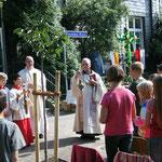 Pater Herbert Schneider, Neviges und Diakon Peter Rehwald, späterer Neupriester aus Hattingen segneten das Franziskus-Forum, unsere Open-air-Aula