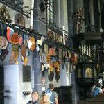 Viele Pilgergruppen lassen Kerzen, Danktafeln und Jubiläumsschilder in der Kerzenkapelle