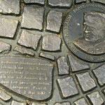 Ebenso eine Boden-Inschrift vor der Gnadenkapelle