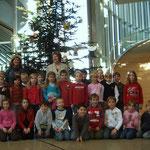 Klasse 2 a schmückte 2006 Weihnachtsbäume im Düsseldorfer Landtag und besuchte Landtagspräsidentin Regina van Dinther aus Hattingen in ihrem Dienstsitz.
