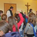 Pater Placidus begrüßt die Gruppe an der Klosterpforte