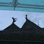 Dach des Forums. Plastik zum Besuch der Maria bei ihrer Cousine Elisabeth, die mit Johannes dem Täufer schwanger war