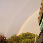 Ein echten Regenbogen über dem Schulzentrum gab es als Danke-schön nach der zweiten Aufführung