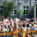 Pater Gereon Gschwandtner OCist, vom Zisterzienskloster Bochum-Stiepel, segnete unser Schulhofkreuz, das auch der Künstler Egon Stratmann geschaffen hat.