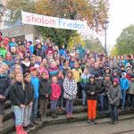 Am Synagogen-Denkmal in der Nähe unserer Schule singen wir Friedenslieder zum Gedenken an die Reichspogrom-Nacht vom 9. Nov. 1938.