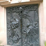 Eine Bronzetür erinnert daran