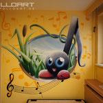 Graffitikünstler  bemalt Kinderzimmer wand mit Comic Wandbild Berlin