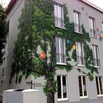 Kein Moos sonder Bäume an der Wand Mauer Fassade
