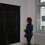 Betrachterin vor einem Bild von Uwe Dieter Bleil