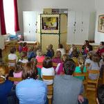 Tatort Kasperl, die Besucher und Besucherinnen lauschen gespannt.